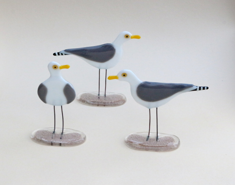 Fused glass free standing gulls on sand fused glass bases. Two different designs available either left or right facing. Size: 11 to 13cm Ht.