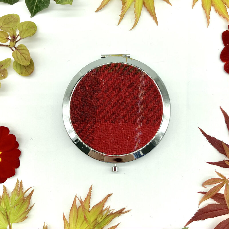 A beautiful compact mirror with gorgeous Harris Tweed® in silver effect perfect for pocket or handbag. Many colours  available. The compact closes and is secured with a press button. Inside it contains two mirrors, one slightly magnifying