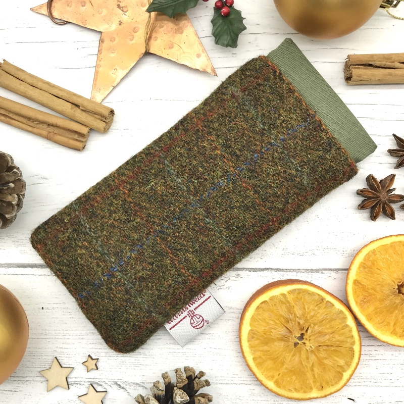 These beautifully constructed spectacle or sunglasses cases are made from prestigious Harris Tweed®. It is lined with complementary felt to prevent scratches and is stiffened to prevent damages. The flexi-top opens by pinching the ends together.