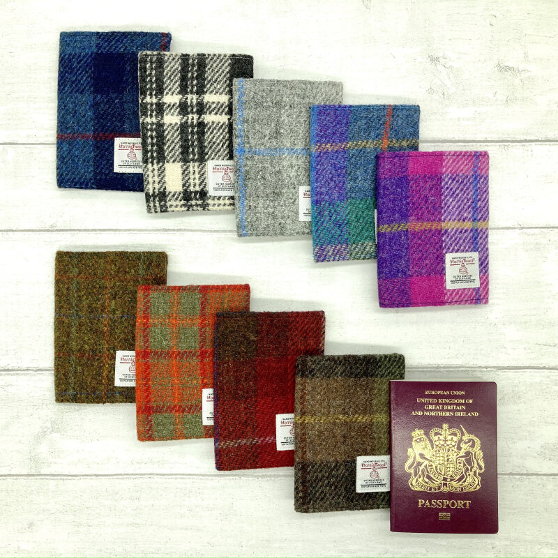This beautiful Harris Tweed® cover fits all 125 x 88mm (B7 size) passports. The sleek design offers no bulkiness at the seams. Lined with complementary fabric.