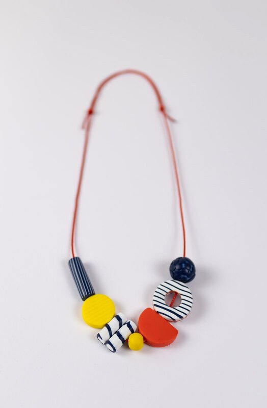 Elegant, chic and so French. A bright short necklace in primary colours, reminiscent of the long summer days.