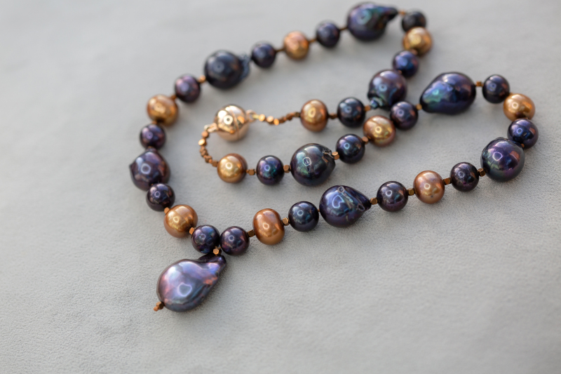Create an entrance with this large baroque pearl, extra impact is created with chocolate and coffee cultured pearls surrounding copper hematite and a rose gold plated magnetic clasp. Baroque pearls come in many hues and irregular shapes like people!
