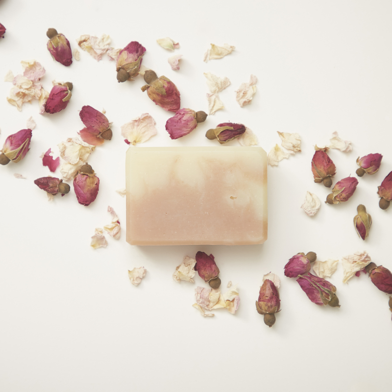 A gorgeous floral blend of Rose Geranium and Palmerosa natural essential oils. Coloured naturally with pink clay. Vegan friendly. Ave. weight 85g
